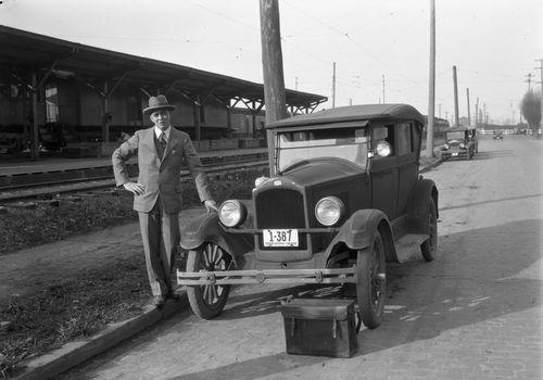 A2009-009-1204-man-posing-with-car-nw-14th-lovejoy-1928
