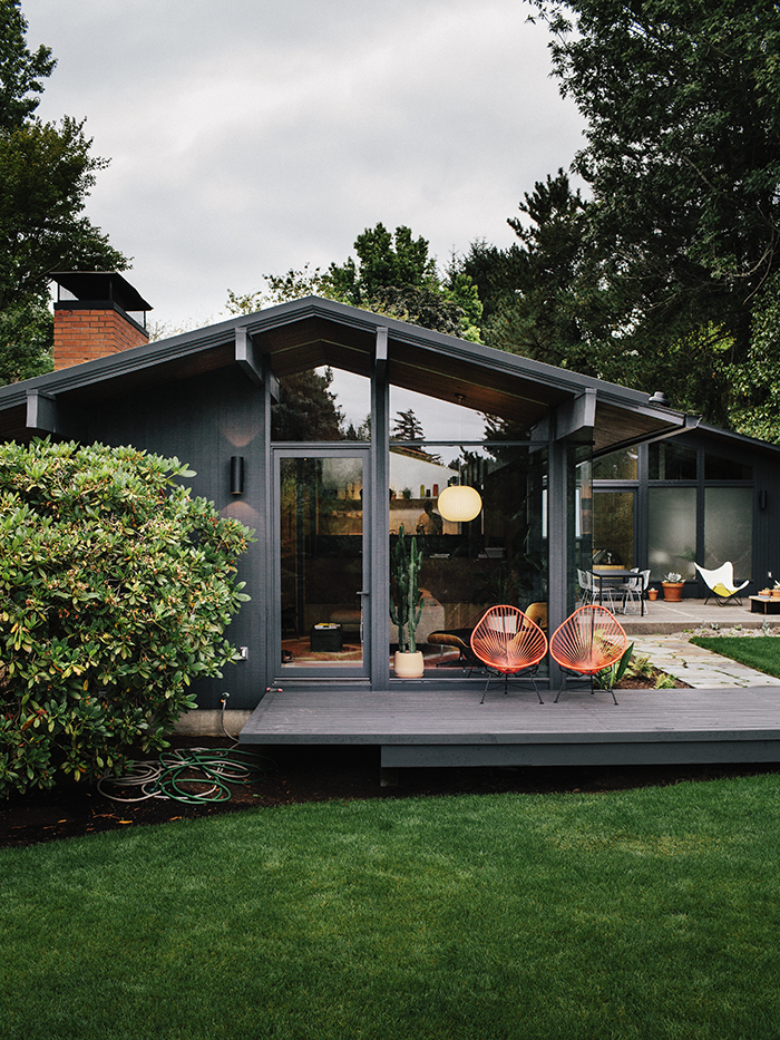 Midcentury-renewal-exterior-deck-wire-chairs